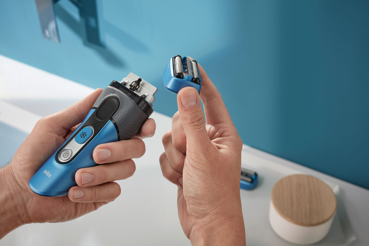 Man changing the shaver head